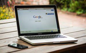 Fotografía de un Apple MacBook al aire libre