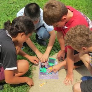 Niños jugando y programando un robot