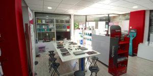 Imagen general del interior de la tienda y zona de talleres